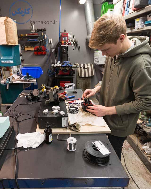 تعمیرکاران تجهیزات الکترونیکی جدید هم از دیگر شغل هایی که در اینده از بین می روند هستند.