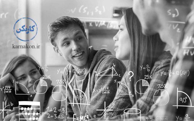فرمولهاي دروس رشته رياضي در تصوير وجود دارد. دانشآموزان در حال گفتگو هستند.