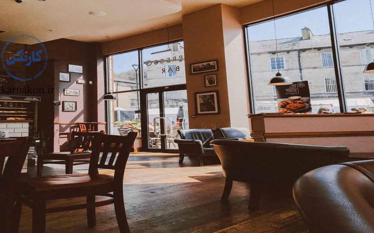 یک ایده برای قهوه فروشی ، استفاده از میز و صندلیهای مناسب، استاندارد و تمامچوب است.