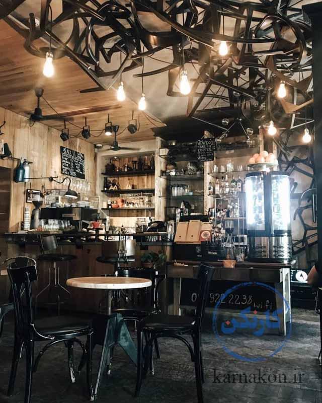 ایده برای فروش قهوه - استفاده از لوسترها و کانترهای بهروز و مدرن، جلوۀ منحصربهفردی به مغازۀ شما میبخشد.